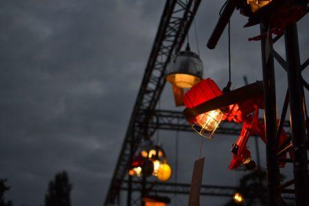 Sustainable Art by Nilfisk -kierrätyskampanjan vanhoista imureista tehdyt taidevalaisimet valaisivat pimenevää iltaa festarialueella