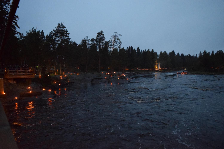 Illan pimetessä koskien rannat saivat tunnelmallisen valaistuksen.