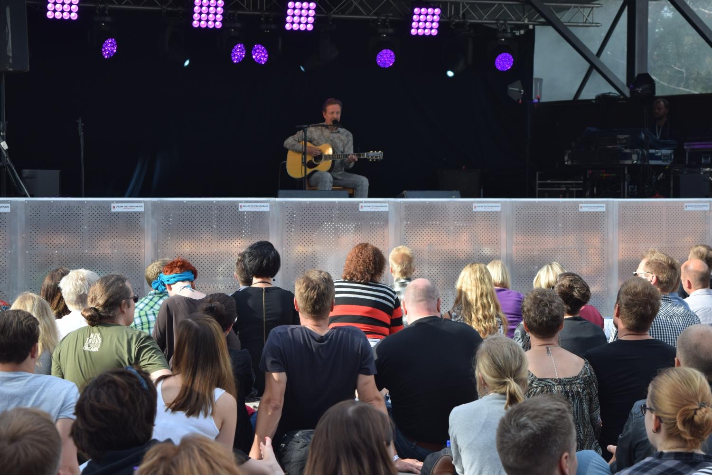 Pave Maijasen keikalla aurinko vielä paistoi, ja yleisö pystyi istumaan rennosti lähellä lavaa.