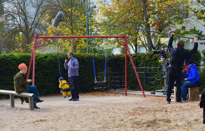 Pihlajan, Paavon ja Antin leikkipuistokohtauksen kuvaus käynnissä.