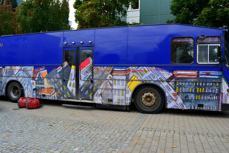 Filmiryhmän maskibussina toimi vanha kirjastoauto.