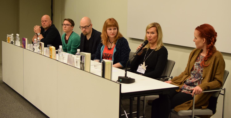 Esikoiskirjailijat kertoivat teoksistaan. Vasemmalta oikealle Kalle Lähde, Otto Lehtinen, Tuomas Juntunen, Linnea Alho, Minna Rytisalo ja Soili Pohjalainen.