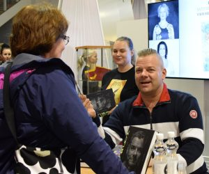 Elämäkerrat olivat messuilla vahvasti esillä. Jari Sillanpäällä oli aikaa jutella faniensa kanssa.