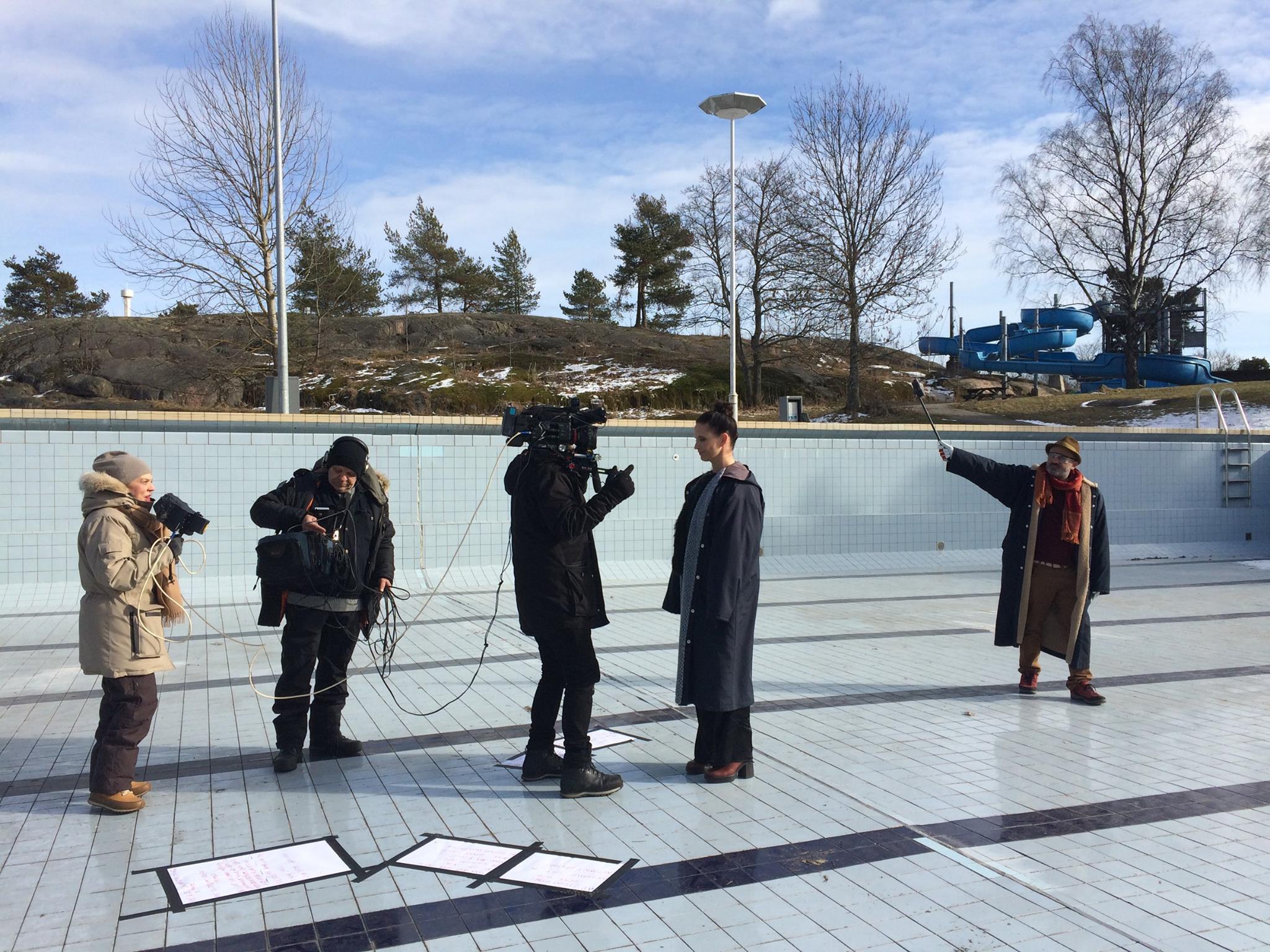 Kuvaaja: Tiina Hietanen. Kulttuurin välikysymys -taidevideoitten kuvaukset helmikuussa 2016. Taidevideokuvassa Seppälä ohjaa videota kirjailija Hassan Blasimin (taustalla) runon tulkinnasta. Runon tulkitsee Maija Vilkkumaa.