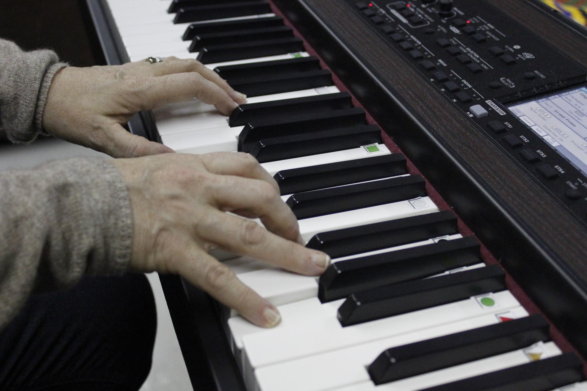 Musiikkiterapiaa varten kehitettyjen värillisten kuvionuottien avulla aloittelija oppii nopeasti soittamaan kappaleita.