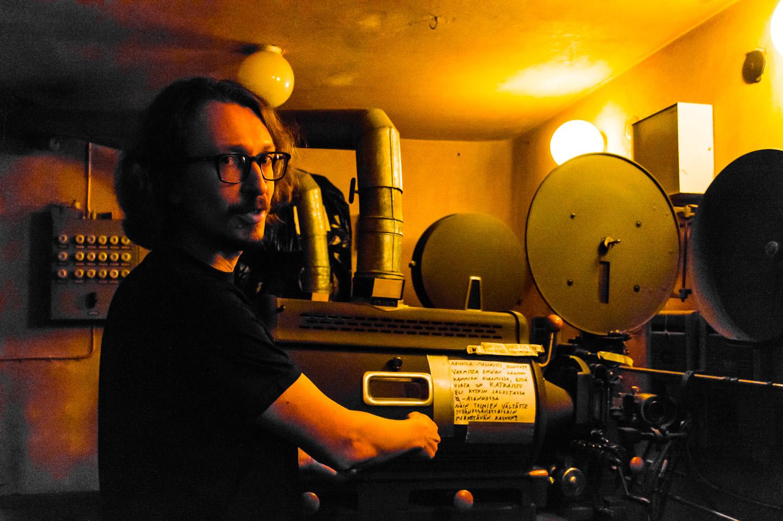 Antti Näyhä esittelee vanhan filmiprojektorin toimintaa
