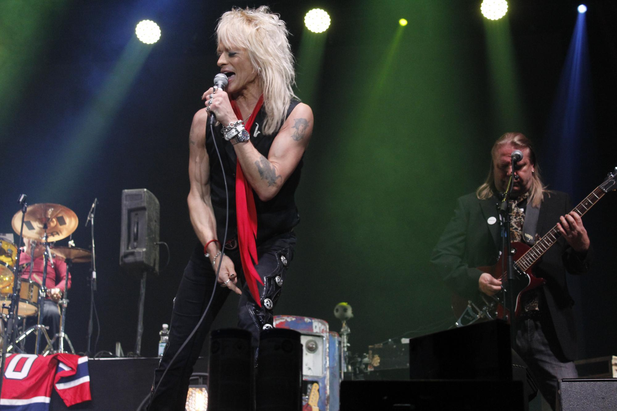 Michael Monroe rokkasi usean kappaleen ajan lavalla energiseen tapaansa.